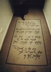 Die Poesie der Reise Unser Arbeitstitel für dieses Projekt wurde Programm: Von der Bauherrin Handgeschriebenes zum Thema REISE wurde als Einleger in die Teppichböden gewebt. Hinter den Betten entwarfen wir künstlerisch gestaltete Rückwände, welche Textpassagen von Dr. Godehard Schramm zum gleichen Thema zitierten.